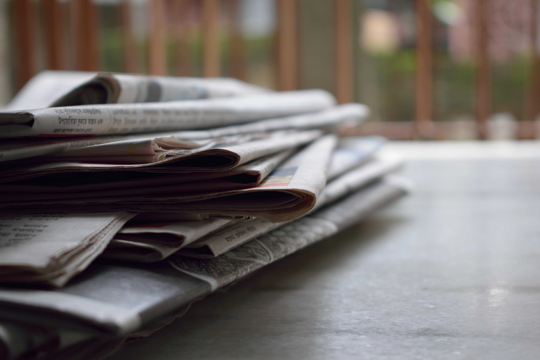 Stapel Zeitungen auf einem Tisch